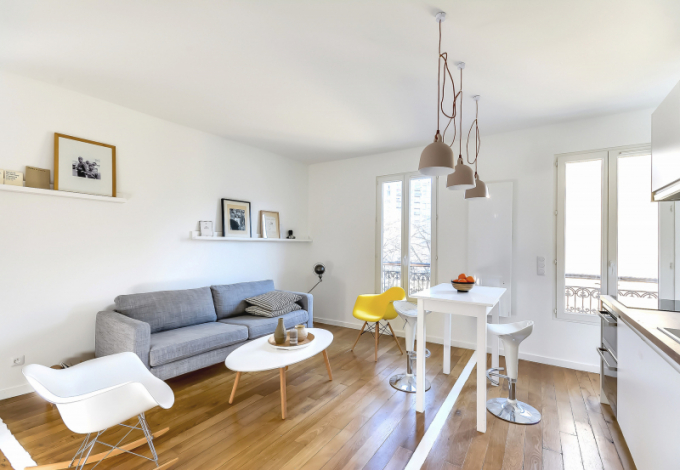 Přeměny bytu o rozloze 30 m² se zhostil architektem Richard Guilbault a vytvořil dynamický a prosvětlený prostor smaximálním využitím úložných prostor.