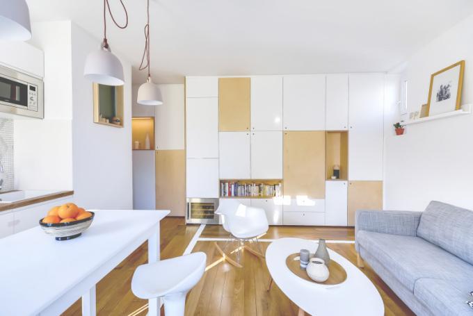 Obývací pokoj zabírá 2/3 celkové plochy bytu. Koupelna je pohodlná a zaujímá pouze 2,3 m². Diskrétní ložnice je oddělená od obývacího pokoje posuvnými dveřmi.