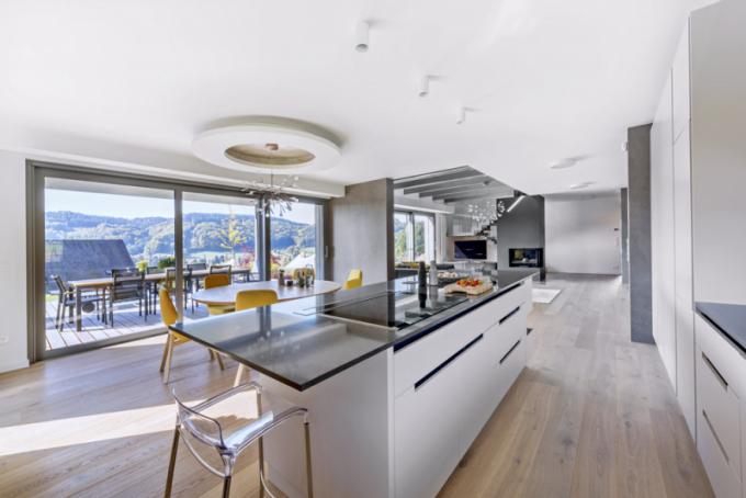 Architekt nechal vyniknout solitérním svítidlům, čistý kuchyňský koncept černo-bílé barvy doplnil ospotřebiče, které nenápadně zakryl zaskříňky kuchyňského nábytku, vpřípadě odsavače par zvolil výsuvnou variantu, která opticky nikterak nevystupuje anedehonestuje výhled dopolyfunkčního prostoru iven dookolních kopců
