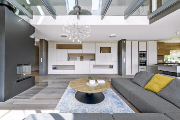 Viditelná stopa pravé řemeslné výroby truhlárny de.fakto se prolíná napříč celým interiérem. Veškerý truhlářský nábytek včetně dveří, obkladů stěn adalšího vybavení je vyroben namíru apři výrobě dozorován architektem Filipem Hejzlarem