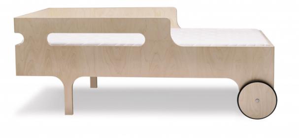 Postel R toddler bed natural (RAFAkids), lakovaná 100% finská břidlicová překližka, 155 × 75 × 60cm, výška odpodlahy 24cm, orientační cena od 18 720Kč,  www.rafa-kids.com