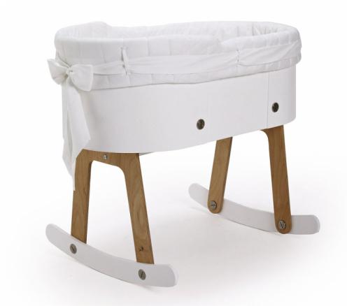 Kolébka Rocking Cradle (GAEAforms) pro novorozence do4 měsíců, design Pinar Yar Govsa aTugrul Govsa, magnetický houpací mechanismus, který kolébku zastavuje, masivní dřevo, eco MDF, 69 × 57 × 80cm, cena nadotaz, www.lilgaea.com