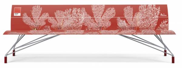 Lavička Filo (All+), design Ivan Palmini, dekor Pantone Living Coral 16-1546, lakovaný hliník, délka 240cm, cena nadotaz,  www.allplus.eu