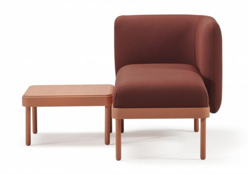 Mosaico sodkládacím stolkem (Sancal), design Yonoh Studio, univerzální podnož zjasanového dřeva, látkové čalounění, lavice 109 × 59 × 67cm, stolek 50 × 50 × 28cm, cena od41260Kč, WWW.ONESPACE.CZ