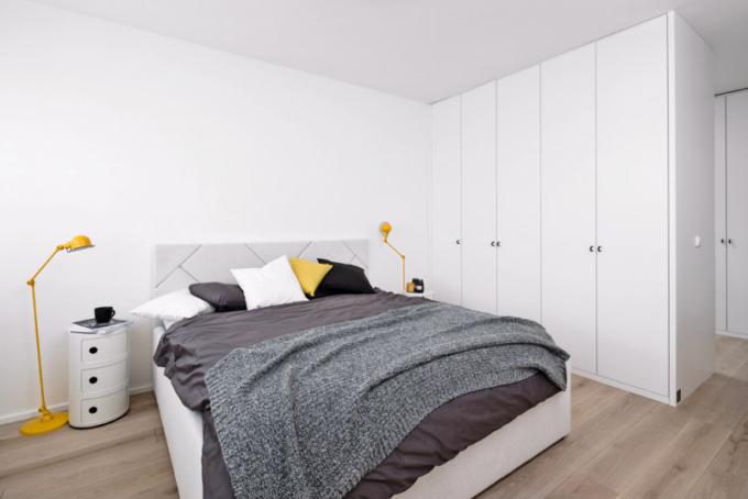 Postel vyrobená namíru se speciálně zpracovaným čelem barevný charakter pokoje neruší. Akcent výrazných barev se promítl doložního prádla, které lze měnit dle aktuálních barevných tendencí. Výrazně žluté lampy záměrně drží designovou linku svítidel napříč interiérem