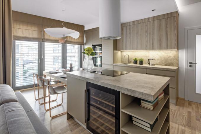 Zařízení obývací ikuchyňské části ozvláštňují kovové detaily vbarvě růžového zlata, chaise longue ikávové stolky jsou ze série Apelle (MIDJ), design Beatriz Sempere