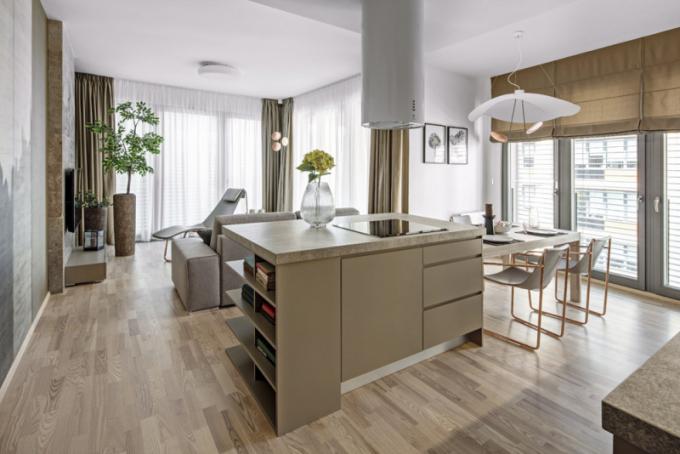Kuchyň vyrobená nazakázku, spodní skříňky advířka vodstínu latté mat, horní dvířka akorpusy zlamina H 1250 vbarvě jasan Navarra, pracovní deska je keramická zvelkoformátových dlaždic