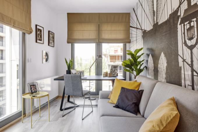 Interiér pracovny oživuje akcent teplé žluté barvy, pracovní stůl vyrobila nazakázku společnost JN Interier, odkládací stolek Gladom zlakované oceli je z IKEA