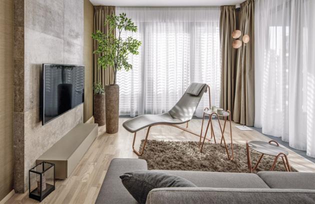 Multifunkční prostor poskytuje veškeré pohodlí apříležitosti trávit čas pospolu. Jídelní židle spodručkou Apelle P (MIDJ) aspodnožím vbarvě růžového zlata, závěsné svítidlo Lederam Manta S2 (Catellani&Smith)
