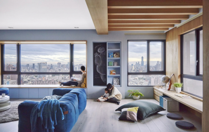 Součástí lavice pod oknem jsou vestavěné zásuvky. Nika kopírující výšku oken slouží jako knihovna atabule pro děti