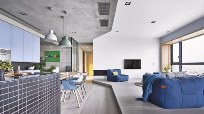 Obývací pokoj je odkuchyňské části hlavního prostoru oddělen pouze zvýšenou podlahou, jejíž geometrickou linii odráží výmalba stropu