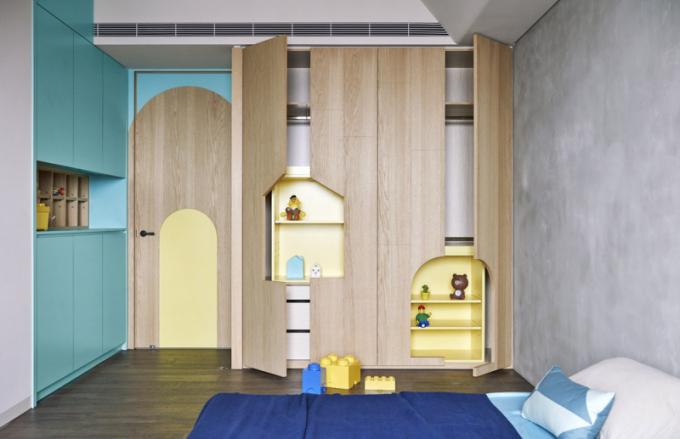 Většina rodičů vybírá doholčičího pokoje obligátní růžovou. Vtomto případě jsou kombinovány odstíny žluté, modré azelené, které dobře ladí stlumenou šedou barvou betonových stěn