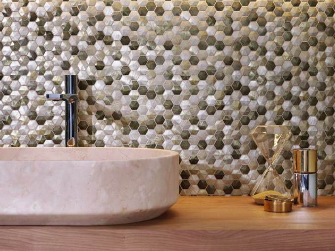 Lesklá metalická mozaika sreliéfem Colors Aluminium Olive (L'Antic Colonial), 28,5 ×30,5cm, cena 1346 Kč/ks, www.designbath.cz