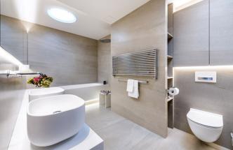 """Precizní přístup je vidět ivminimálních spárách, díky kterým koupelna působí celistvým jednotným dojmem – naprvní pohled jako koupelna """"vysochaná"""" zjednoho materiálu. Veškeré rohy jsou napojeny na45°, dlažba ze série XLight Orgatec (Porcelanosa)"""