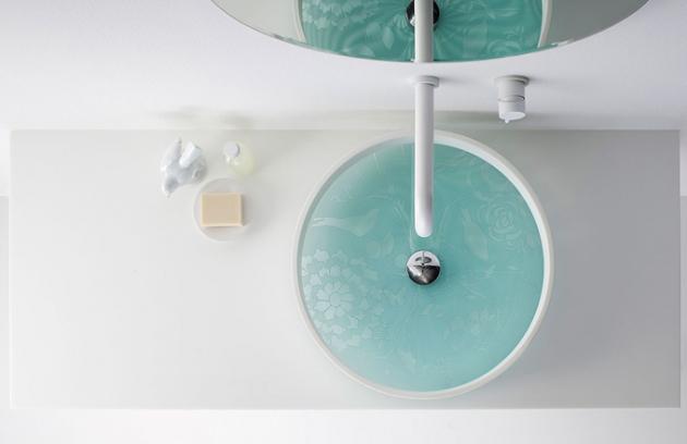 Australský výrobce OMVIVO zhmotnil svou fascinaci sklem a posunul ho na vyšší úroveň. Elegantní modré sklo, jehož dekorativní design je ručně vytvořený leptáním, zdobí dno umyvadla kruhovitého tvaru. Vzorované sklo působí jako světelný filtr a při puštění proudu vody se vytváří efekt vyvolávající iluzi pohybu. Rozměry umyvadla 50,4 x 10,5 cm. Dodává se s leštěnou chromovanou zátkou 32 mm.