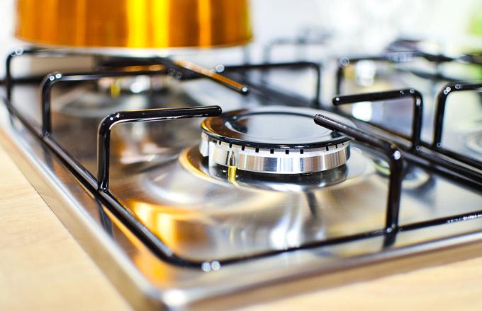Sporák samotný můžete mít elektrický, v případě plynového se pak poohlédněte po kombinovaném sporáku s elektrickou troubou. Plynový ovšem dodá vaší kuchyni duši a ti nejlepší kuchaři vaří právě na něm. K dispozici můžete mít až 6 ploten, což zajistí komfort i těm nejnáročnějším kuchařům. V případě elektrických sporáků se spolehnete obvykle na 4 plotýnky, z nichž jedna může být kombinovaná. Sporák pak umožní spojení dvou varných zón.