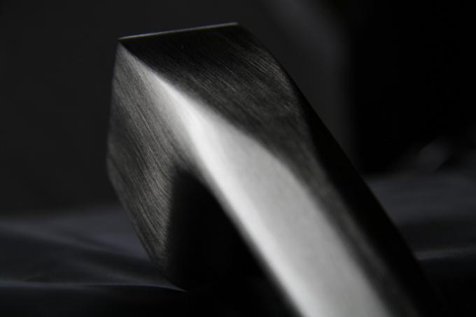 Poznávacím znakem trojice klik Cobra Q je dokonalá ergonomie a příjemný povrch. Jsou vyrobeny zjediného kusu prémiové slitiny, zaručující dostatečnou tvrdost a odolnost. Minimalistické tvary předurčují kliky do moderních či stylových interiérů, kde mohou podtrhnout dojem kvality a luxusu. Letošní varianta smatným černým povrchem navíc vychází vstříc nejmodernějším interiérovým trendům upřednostňujícím tmavší barvy.