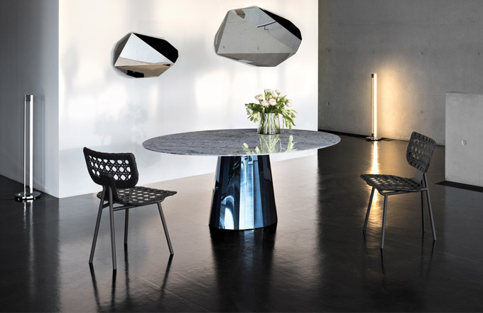 Židle Aërias (Classicon) byly designérkou Tillou Goldberg navrhovány smaximální tvarovou stručností, lehkostí asvyužitím inovativního výpletu, který navazuje natradici výpletu zrákosu známého zvídeňských kaváren vobdobí první republiky.