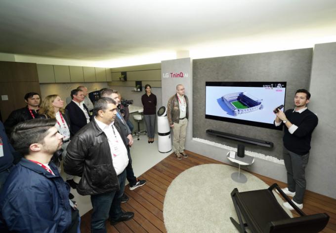 Mezi hlavní prémiové domácí služby společnosti patří propojení vlajkových produktů, od kolekce LG Signature po LG Objet, s LG ThinQ, které je jádrem integrovaného řešení bydlení. Koncept LG Home byl rozdělen do třech podlaží a byl vybaven těmi nejnovějšími modely z výše zmíněných exkluzivních řad, využívaných v různých každodenních reálných situacích.