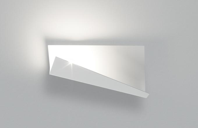 Stylizované, dekorativní nástěnné svítidlo Breess, emitující nepřímé světlo, je dílem Luca Ramaela, jehož inspiroval poetický pohyb listu papíru ve větru. Tenký, ohnutý list svým rozměrem věrně kopíruje papír formátu A4