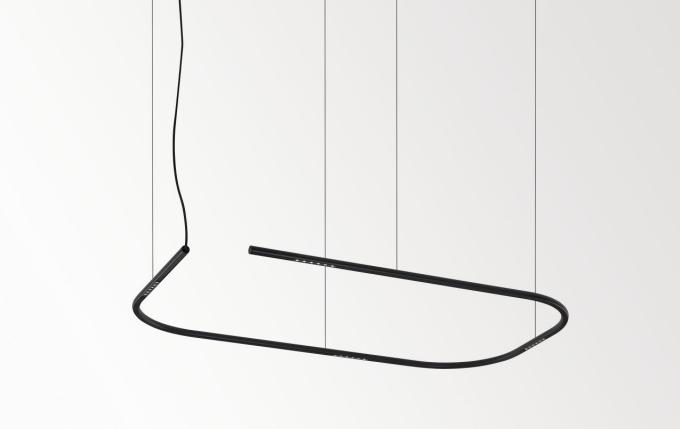Lass-Oh! se vznáší prostorem jako štíhlá zaoblená kontura. Tato kolekce nabízí elegantní, flexibilní a extrémně štíhlé varianty závěsných svítidel. Lineární, čtvercové nebo obdélníkové tvary doplňují miniaturní LED klastry pečlivě skryté včerném nebo metalickém zlatém profilu kruhového průřezu. Technické stránce zpracování těchto svítidel byla věnována zvláštní pozornost – ukryté LED moduly minimalizují oslnění a zároveň maximalizují komfort pro oči. Extrémně tenká lanka se vprostoru téměř ztrácejí a Lass-Oh! takřka levituje vprostoru, do něhož vnáší dávku individuality.
