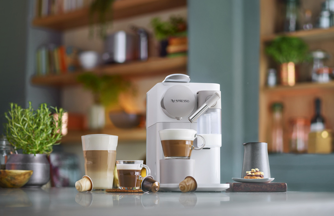 Kávovary Nespresso Latissima nabízejí výjimečné pohodlí a možnost vychutnat si doma celou řadu skvělých kávových receptur s mlékem stisknutím jediného tlačítka. Díky kávovým znalostem společnosti Nespresso a využití venturiho systému si mohou milovníci kávy vychutnat svou oblíbenou recepturu se správně připravenou mléčnou pěnou.