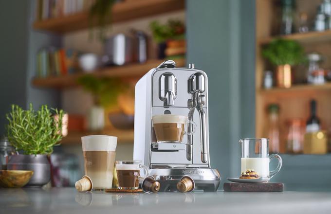 Díky přístrojům Nespresso Creatista se může z každého milovníka kávy doma stát barista. S těmito kávovary si můžete doma snadno připravit autentické kávy Latte Art nejvyšší kvality díky inovativní automatické trysce na páru od Breville. Na těchto univerzálních kávovarech lze upravit nastavení pro objem kávy a teplotu i strukturu mléka.