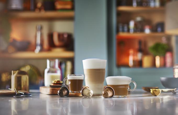 Při vývoji řady BARISTA CREATIONS společnost Nespresso využila zcela nový přístup k vytváření kávových směsí a strávila šest let výzkumem toho, které kávové směsi budou skvěle doplňovat mléko vmléčných recepturách. Tým, který vyvíjí nové kávové směsi ve společnosti Nespresso, experimentoval s kávami z 18 různých míst původu po celém světě a různými technikami pražení a mletí, aby zdokonalil tyto směsi tak, aby si všichni zákazníci mohli připravit lahodné mléčné receptury na svých domácích kávovarech Nespresso.