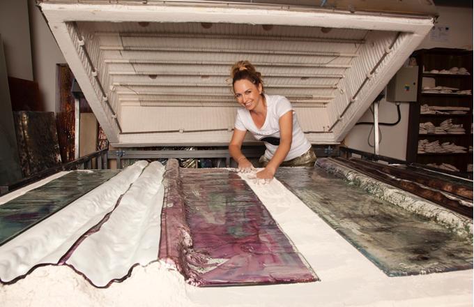 Svá díla vytváří technikou lehaného skla, kde do roztavené hmoty vkládá barevné pigmenty v kombinaci s čistým zlatem a platinou