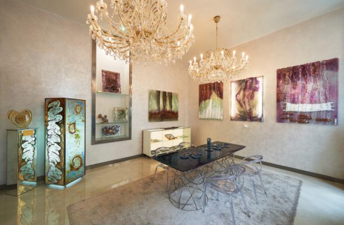 Její osobitou tvorbu, interiérové prvky, skleněné obrazy a různé doplňky ze skla je možné vidět v dvoupatrové galerii Gordana GlassvDušní ulici na Praze 1, která byla otevřena vroce 2016.
