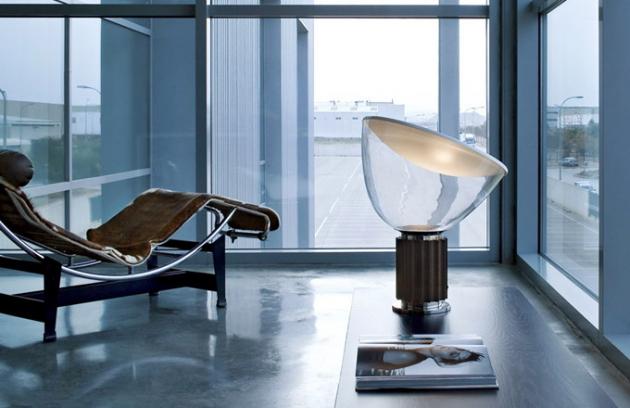 Lampa Taccia (Flos), design Pier Giacomo aAchille Castiglioni, eloxovaný hliník afoukané sklo, výška 64,5 cm, cena 33 670 Kč, www.bulb.cz