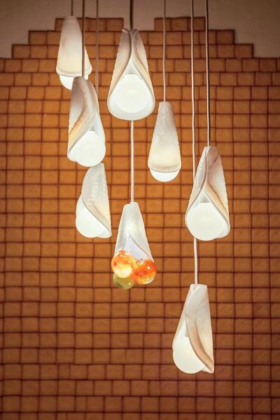 LUKÁŠ HOUDEK (nar. 1988) Absolvoval VŠUP vPraze vateliéru skla uRonyho Plesla. Jeho přístup kdesignu iumění je plný humoru, parodie anadsázky, zaměřuje se přitom napopkulturní témata. Rád pracuje srůznými kombinacemi materiálů ačasto se vesvé tvorbě dotýká výtvarného umění. Nejvíc ho baví světlo asklo, pro jehož tradiční formy hledá nová uplatnění. Vsoučasné době spolupracuje se studiem HG ATELIER DESIGN vedeným jeho bratrem Filipem. Už však stihl ispolupracovat svěhlasnou sklárnou Moser apředstavit svou tvorbu natéměř třiceti výstavách.  WWW.LUKASHOUDEK.COM