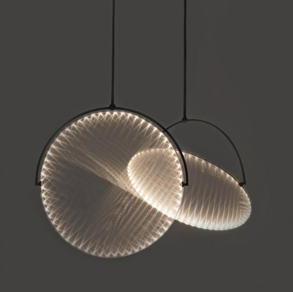 (Ne)skutečná hloubka obrazu Když je svítidlo Depth (Yoy Idea) přes den zhasnuté, nijak nevybočuje zpoměrně dlouhé řady podobných náladových fotografií sloužících většinou jako neutrální dekorace prostoru. Svou výjimečnost prozradí až posetmění... LED dioda umístěná zafotografií lucerny vytvoří díky důmyslné konstrukci skryté zavrstvou papíru velmi realistickou iluzi stínu kolem rozzářené lucerny. Design Naoki Ono aYuki Yamamoto, rozměry  54,5 × 41,2 × 1,8cm, cena nadotaz, WWW.YOY-IDEA.JP