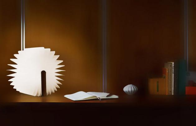 Světlo dokapsy Přenosné bezdrátové svítidlo Lumio ukrývá světlo vkonstrukci připomínající knihu, která se pootevření rozsvítí dovšech stran. Celá elektronika je zabalena vmagnetickém hřbetu, umožňujícím rozevření až doúhlu 360°. Pevné desky pokrývá dýha zcertifikovaného dřeva nebo textil adostupné jsou vněkolika dezénech arozměrech. Harmonika odkazující napapírové listy je ze stoprocentně recyklovaného DuPont Tyveku, který je pevný avoděodolný. Ponabití přes klasické USB vydrží svítit až 8 hodin. Design Max Gunawan, cena od3300Kč, WWW.HELLOLUMIO.COM