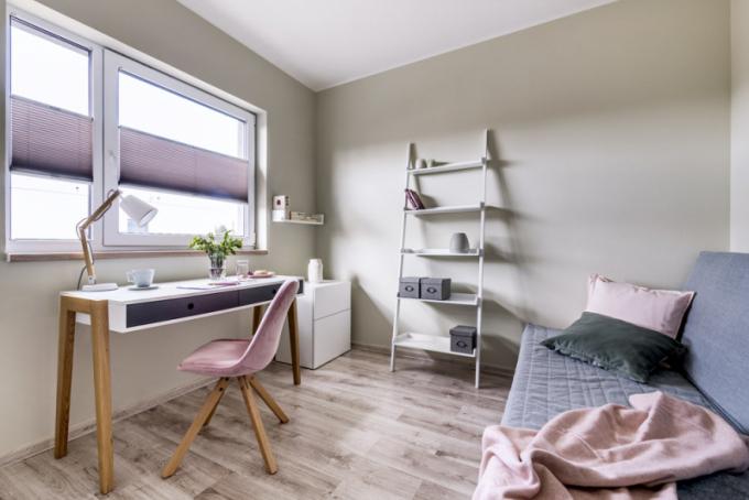 Pracovna je zařízena velmi jednoduše vjemných světlých tónech. Pracovní stůl Vox Concept je vyroben zdubového masivu alaminátu. Magnetickou zeď rafinovaně překrývá výmalba. Rozkládací pohovku (IKEA) mohou využít návštěvy kpříležitostnému přespání