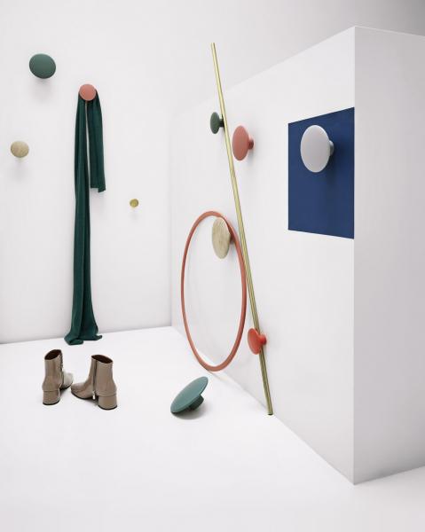 Věšák The Dots (Muuto), design Lars Tornøe, olejovaný dub nebo lakovaný jasan, více barev irozměrů, lakovaný Ø 13cm, cena 702Kč, www.stockist.cz