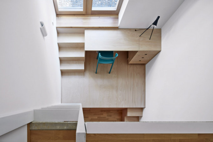 Harmonický základ interiéru tvoří bílé plochy kombinované spovrchy zpřírodního dřeva vněkolika odstínech