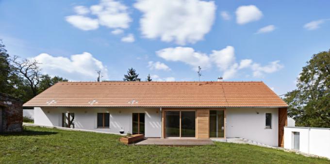 Nebylo žádoucí výrazně měnit přirozenou topografii pozemku, dům se proto postupně zapouští doterénu