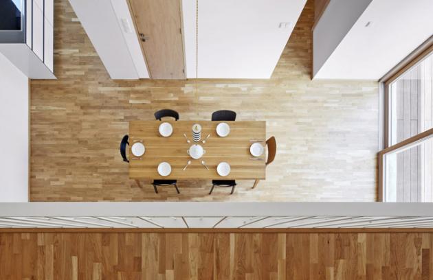 Zotevřené jídelny lze vstoupit posuvnými prosklenými dveřmi přímo dozahrady