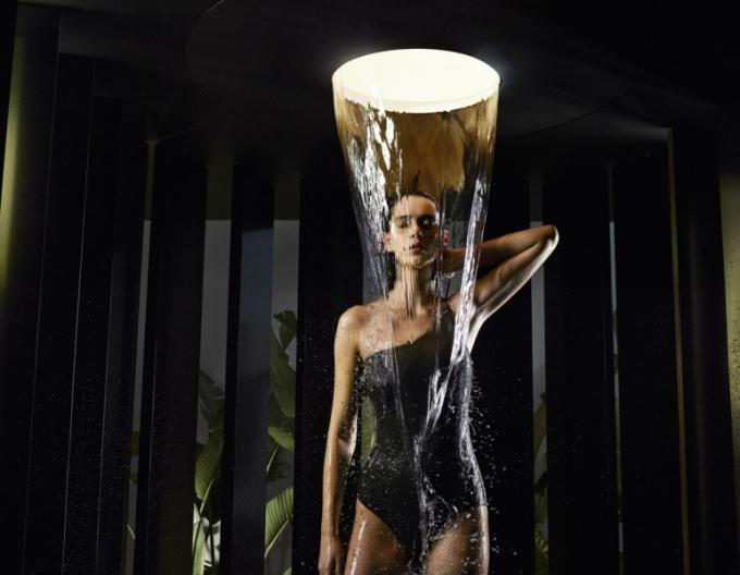 Stropní sprcha Aquamoon (Dornbracht), design Michael Neumayr, automatická choreografie vody, světel avůní, 4 volitelné proudy vody, cena nadotaz,  www.elitebath.cz