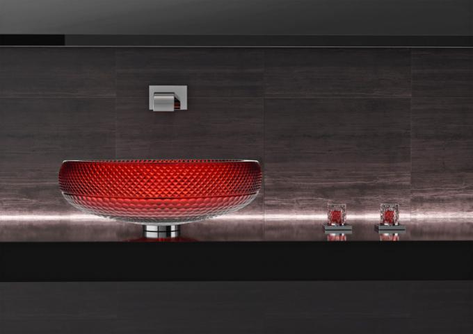 Skleněné umyvadlo Scenic Ramada (Glass Design), 24% olovnatý křišťál vprovedení Ruby Red, Ø 44,5 ×13,3cm, hmotnost 9kg, ovládací rukojeti Lyric Ramada veshodném designu (kompatibilní sDornbracht), cena nadotaz, www.glassdesign.it