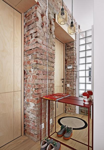 Surovost cihlového jádra je jedním ze stěžejních dekorů napříč interiérem