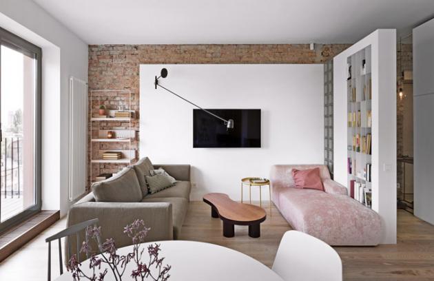 Obývací zóna je vybavena solitérními pohovkami odvýrobců Gervasoni aMeridiani aje určena nejen pro chvíle běžného denního odpočinku, ale také pro nárazové přespávání hostů