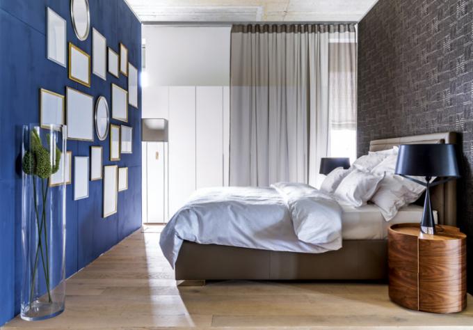 Postel Felinu z regenerované kůže s úložným prostorem vkusně doplňuje ručně tkaná tapeta francouzského výrobce Elitis