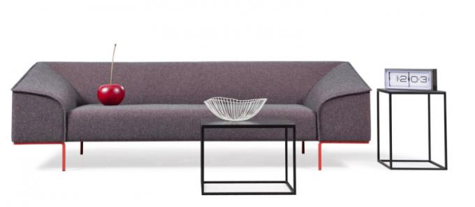Seam (Prostoria), design Böttcher Henssler Kayser, lakovaná kovová základna, látkové čalounění, cena 56 000 Kč, www.defakto.cz
