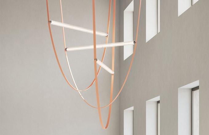 Designéři ze studia Formafantasma použili napájecí kabel jako jeden zhlavních konstrukčních prvků avýsledkem je závěsné osvětlení WireLine (Flos).
