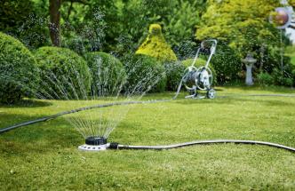 Pro hezkou a zelenou zahradu je důležité její udržování. Vůni, svěžest a úrodu ovlivňuje kvalita půdy a její zavlažování. Automatické systémy zaručí optimální způsob, čas i množství potřebné vody, aby zalévání bylo nejúčinnější a neškodilo.