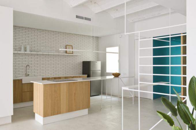 Kuchyňský ostrůvek umožňuje vaření směrem k obývacímu prostoru. Jeho prodloužením je jídelní stůl pro šest osob.
