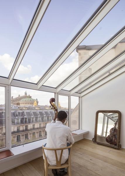 Francouzské studio AAVPproměnilo starý fotografický ateliér vsamém srdci Paříže.