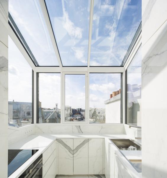 Ložnice a koupelny jsou v dolní úrovni mezonetu, v horní zasklené části se nachází obývací pokoj a kuchyň. Odtud mají majitelé výhled nejen na proslulou budovu Opera Garnier, ale i na střechy domů.